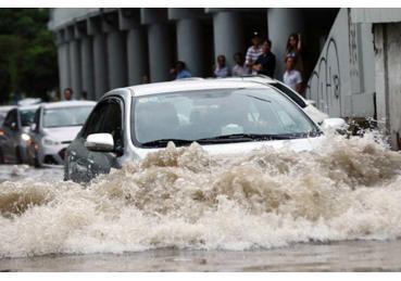 Kinh nghiệm lái xe qua vùng ngập nước để hạn chế rủi ro